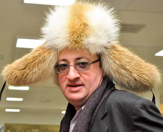 Chess grandmaster Boris Gelfand with a dead badger on his head